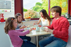 Familia que come junto, desayunando Foto de archivo
