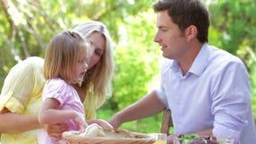 Familia que come la comida al aire libre almacen de video