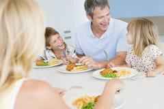 Familia que come la comida de A, mealtime junto Foto de archivo