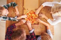Familia que come la pizza junta, visión de arriba foto de archivo libre de regalías