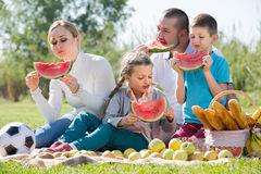 Familia que come la sandía en la comida campestre Fotografía de archivo