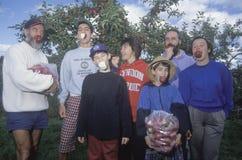 Familia que come manzanas Fotografía de archivo