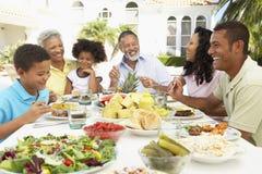 Familia que come una comida del fresco del Al Imagenes de archivo