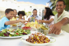 Familia que come una comida del fresco del Al