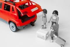 Familia que comienza sus vacaciones, viajando en coche Imagen de archivo libre de regalías
