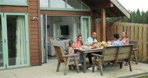 Familia que comparte la comida en el desayuno metrajes