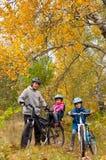 Familia que completa un ciclo al aire libre Fotografía de archivo