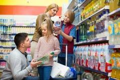 Familia que compra el agua chispeante en tienda Imagen de archivo