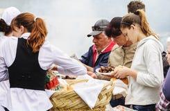 Familia que compra mici en el mercado local Imagen de archivo libre de regalías