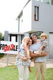 Familia que compra una casa Fotos de archivo libres de regalías