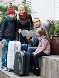 Familia que comprueba la dirección en mapa Imagen de archivo