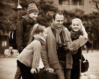 Familia que comprueba la dirección en mapa Fotografía de archivo libre de regalías