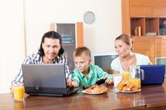 Familia que comunica sobre el desayuno en casa por mañana Foto de archivo
