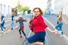 Familia que cruza la calle - funcionamiento imagen de archivo libre de regalías