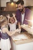 Familia que cuece en casa Fotografía de archivo