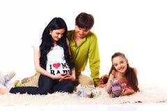 Familia que cuenta con al bebé Imágenes de archivo libres de regalías