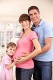 Familia que cuenta con al nuevo bebé Imagen de archivo