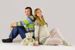 Familia que cuenta con a un bebé Fotos de archivo libres de regalías