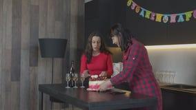 Familia que cuida que prepara la sorpresa para la fiesta de cumpleaños almacen de metraje de vídeo