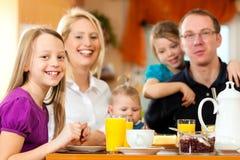 Familia que desayuna Fotos de archivo