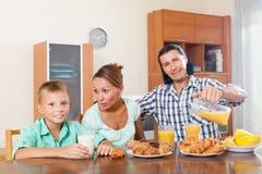 Familia que desayuna Imagenes de archivo