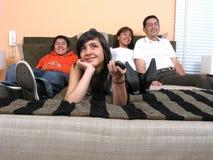 Familia que descansa en cama Imagenes de archivo