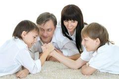 Familia que descansa en casa imagen de archivo libre de regalías