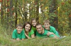 Familia que descansa en parque Imagen de archivo libre de regalías