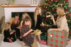Familia que desempaqueta los regalos Fotos de archivo