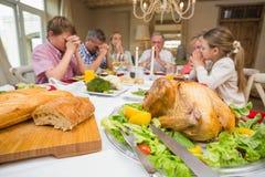 Familia que dice la tolerancia antes de cena de la Navidad junta Imagenes de archivo