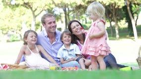 Familia que disfruta de comida campestre junto almacen de metraje de vídeo