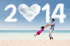 Familia que disfruta de día de fiesta del Año Nuevo Imagenes de archivo
