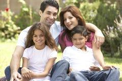 Familia que disfruta de día en parque Fotografía de archivo libre de regalías