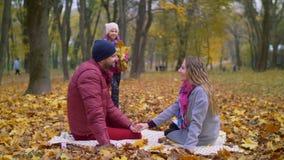 Familia que disfruta de día hermoso del otoño en naturaleza almacen de metraje de vídeo