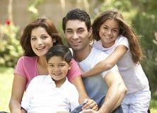 Familia que disfruta de día en parque Imágenes de archivo libres de regalías