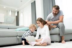 Familia que disfruta de fin de semana en casa Foto de archivo libre de regalías