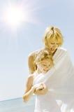 Familia que disfruta de forma de vida de la playa Imágenes de archivo libres de regalías