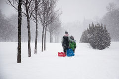 Familia que disfruta de invierno Imagen de archivo libre de regalías