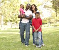 Familia que disfruta de la caminata en parque Imagen de archivo