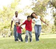 Familia que disfruta de la caminata en parque Fotografía de archivo