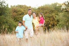 Familia que disfruta de la caminata en parque foto de archivo