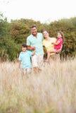 Familia que disfruta de la caminata en parque imagen de archivo libre de regalías