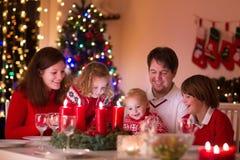 Familia que disfruta de la cena de la Navidad en casa Imágenes de archivo libres de regalías