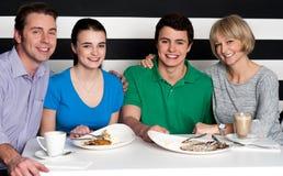 Familia que disfruta de la cena en un restaurante fotografía de archivo