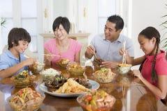 Familia que disfruta de la comida, mealtime junto Imagenes de archivo