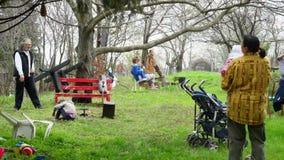 Familia que disfruta de la primavera almacen de video