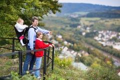 Familia que disfruta de la visión desde una plataforma de observación imagen de archivo
