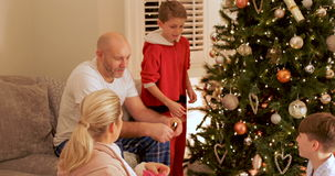 Familia que disfruta de mañana de la Navidad