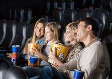 Familia que disfruta de película en teatro foto de archivo