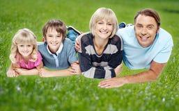 Familia que disfruta de su día al aire libre fotos de archivo
